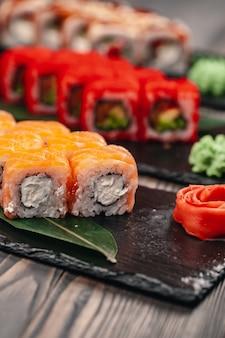 Sushi dienden op een leiplaat in een restaurant