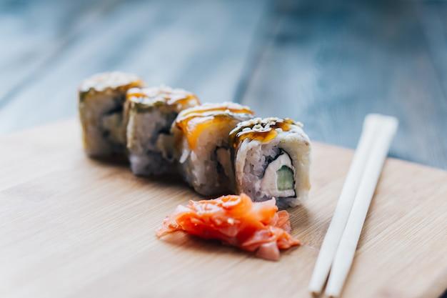Sushi en broodjes op tafel, levering aan huis