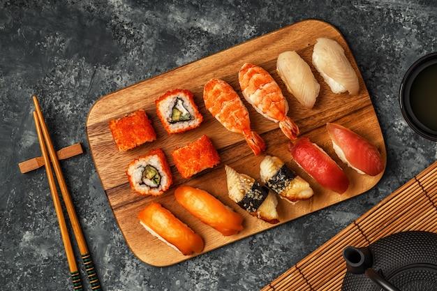 Sushi en sushi rolt op houten plaat, bovenaanzicht