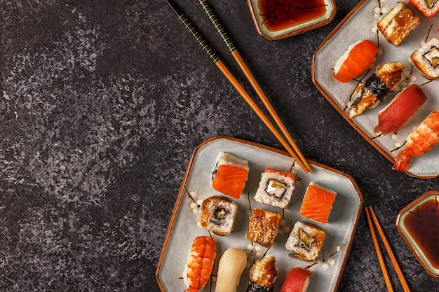 Sushi en sushibroodjes op plaat met eetstokjes