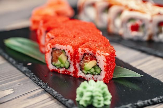 Sushi geserveerd op leisteen plaat in een restaurant