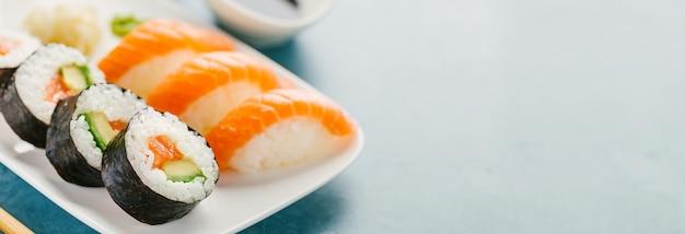 Sushi geserveerd op plaat op blauwe tafel