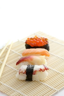 Sushi in bamboe