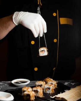 Sushi instellen met sojasaus