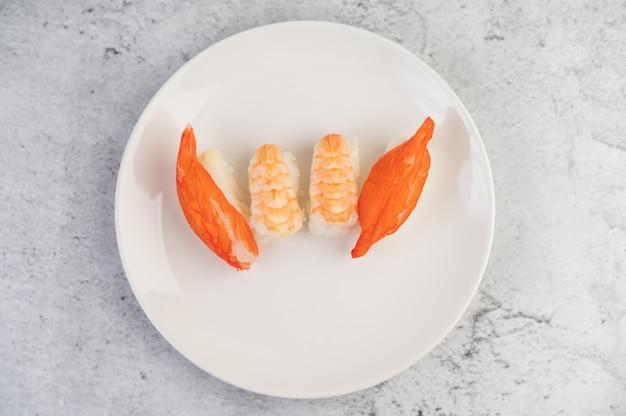 Sushi is prachtig gerangschikt op het bord.