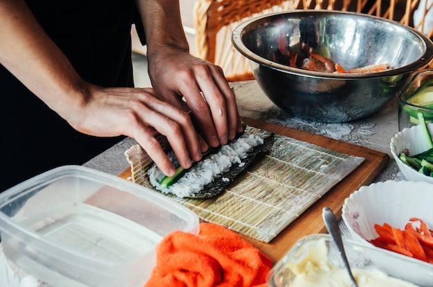 Sushi koken met zalm