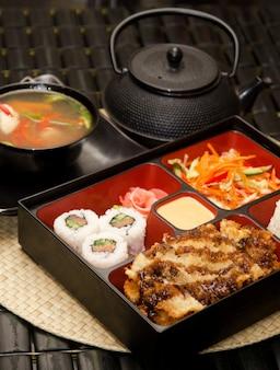 Sushi lunch met soep salade thee en saus