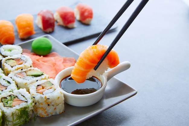 Sushi maki en niguiri-sojasaus en wasabi