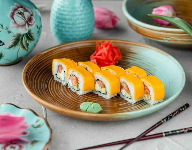 Sushi met avocado, mayonaise en kaas