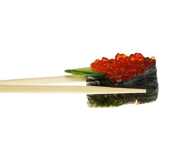 Sushi met eetstokjes op wit worden geschoten dat
