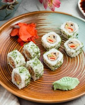 Sushi met gember en wasabi