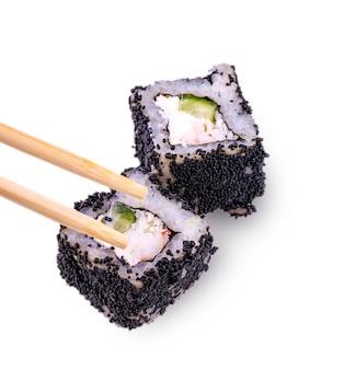 Sushi met kaviaar met geïsoleerde eetstokjes