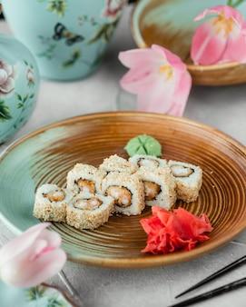 Sushi met sesamzaadjes gember en wasabi
