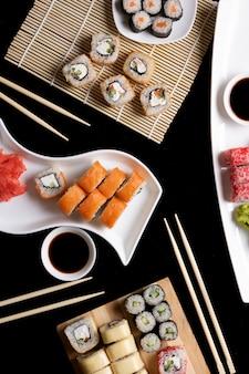 Sushi met stokjes. de sushi rollen japans voedsel in restaurant. california sushi rollenset met zalm, groenten