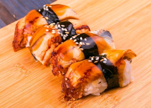 Sushi met vis op een houten standaard.