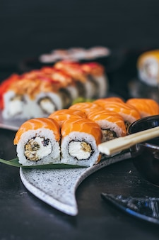 Sushi met zalm, roomkaas philadelphia, komkommer en wasabi.