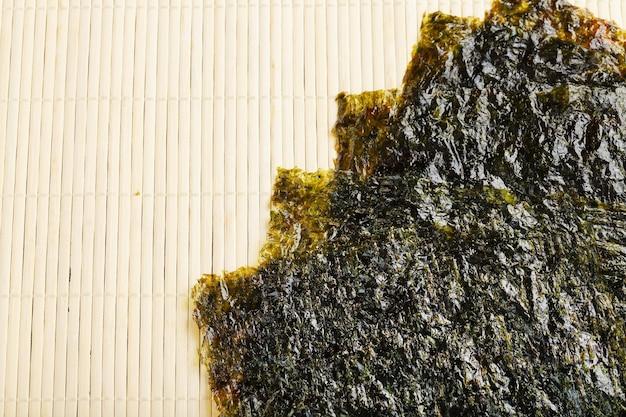 Sushi nori bladeren op bamboe oppervlak