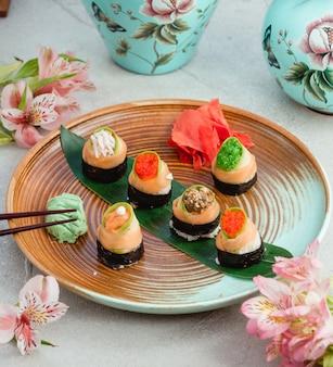 Sushi nori met zalm, kaviaar, gember en wasabi.
