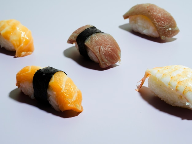 Sushi op een blauwe achtergrond