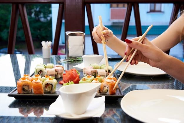 Sushi op een glazen tafel.