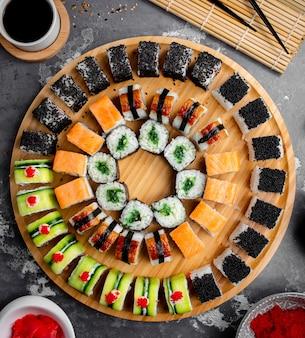 Sushi op een houten dienblad worden geplaatst dat