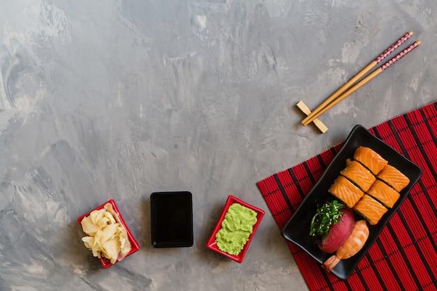 Sushi op grijs beton worden geplaatst dat