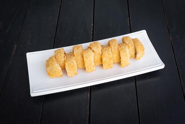 Sushi op het bord op de zwarte tafel