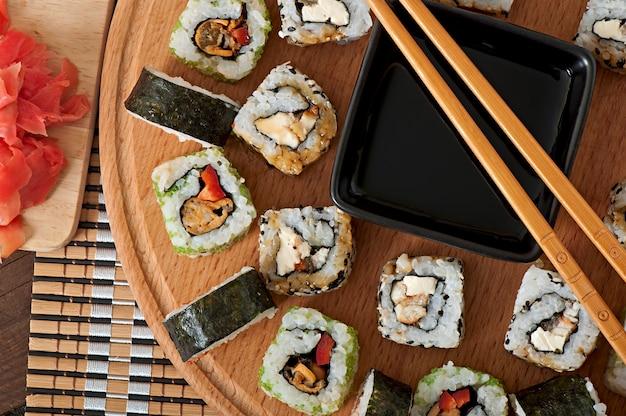 Sushi op houten raad worden geplaatst die