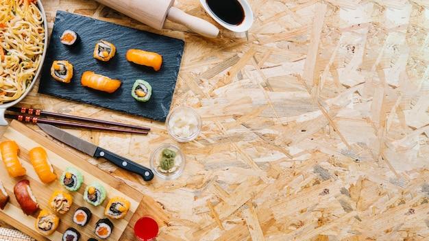 Sushi op houten tafelblad worden geplaatst dat