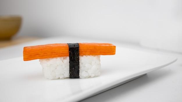 Sushi op plaat in het voedselconcept van japan