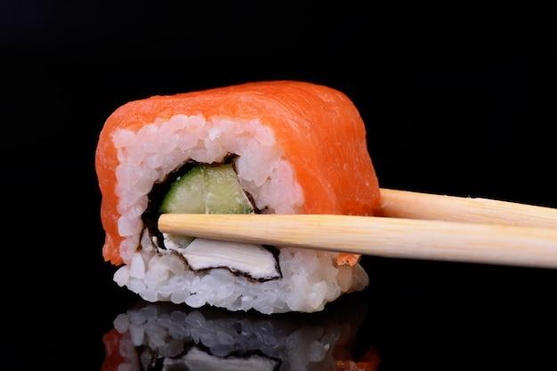 Sushi plukken met stokjes