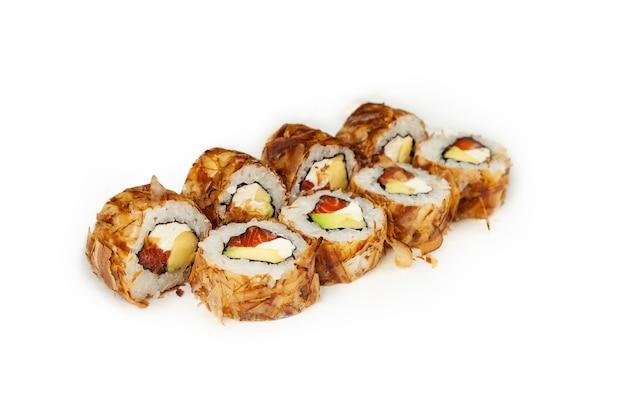 Sushi roll bonito met zalm op een witte achtergrond, ingrediënten zalm, roomkaas, avocado, tonijnchips, rijst, nori