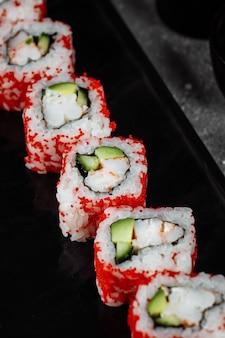 Sushi roll californië met garnalen, avocado en kaas. traditionele japanse sushi.
