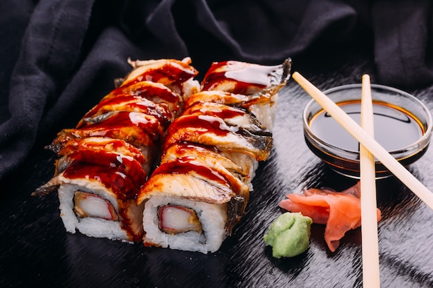 Sushi roll geserveerd met wasabi en gember, sushi concept