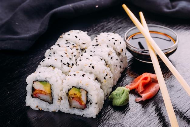Sushi roll geserveerd met wasabi en gember
