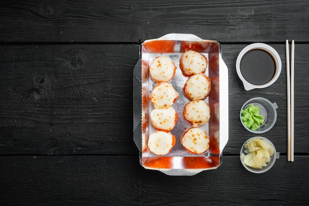 Sushi roll levering set, op zwarte houten tafel