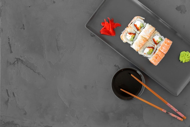 Sushi roll met garnalen op grijs bovenaanzicht