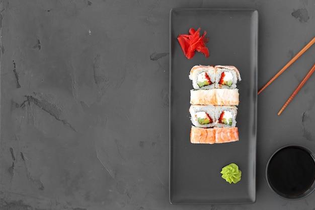 Sushi roll met garnalen op grijze tafel bovenaanzicht