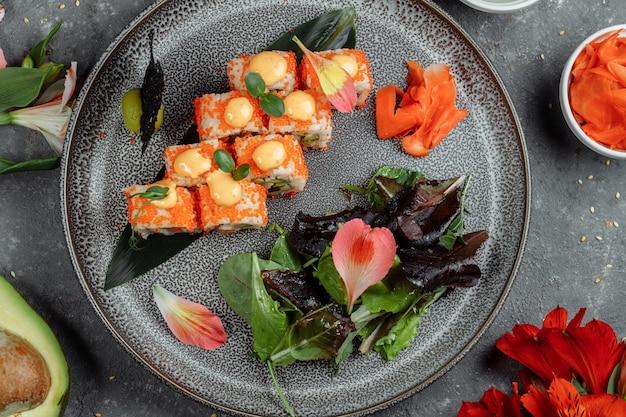Sushi roll met zalm tonijn avocado royal prawn roomkaas philadelphia kaviaar tobica chuka. sushimenu. japans eten.