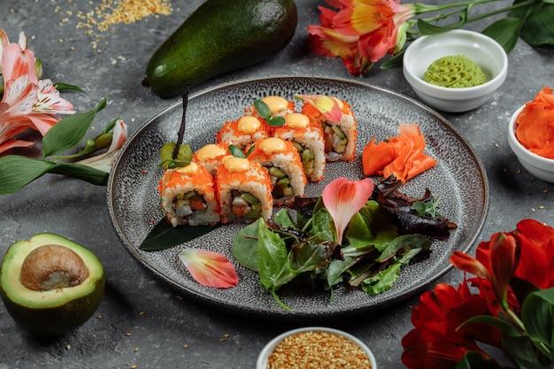 Sushi roll met zalm tonijn avocado