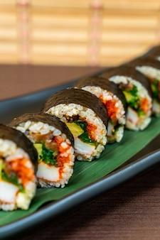 Sushi roll met zeewier - japans eten