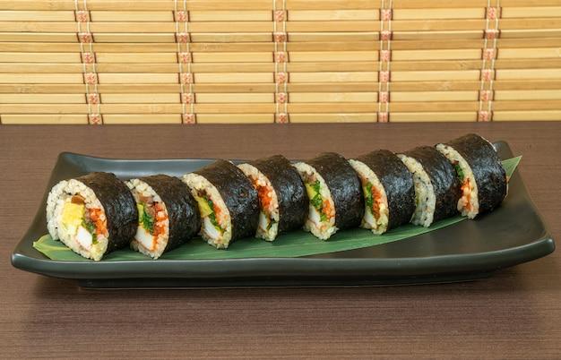 Sushi roll met zeewier, japans eten
