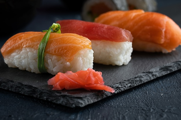 Sushi roll, nigiri met zalm, tonijn, avocado en groenten op black rock