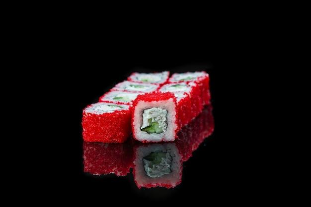 Sushi roll op een zwarte achtergrond reflectie japans eten close-up