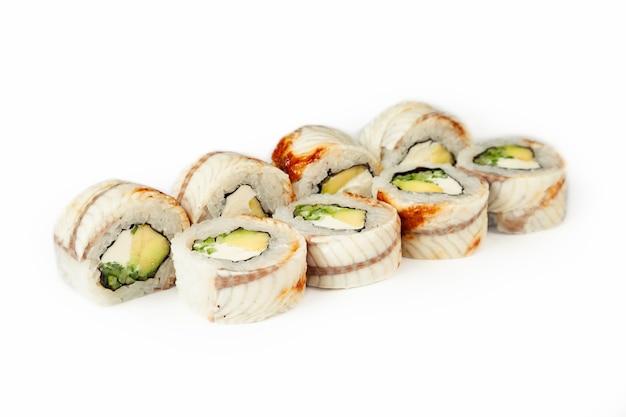 Sushi roll zwarte draak op een witte achtergrond