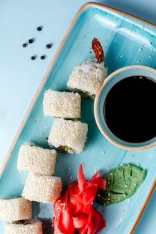 Sushi rolletjes gegarneerd met sesam