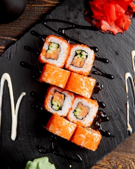 Sushi rolletjes met komkommer geserveerd met wasabi en gember