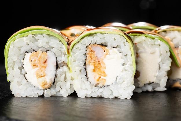Sushi rolls met gegrilde tempura garnalen, avocado, omelet en roomkaas erin.