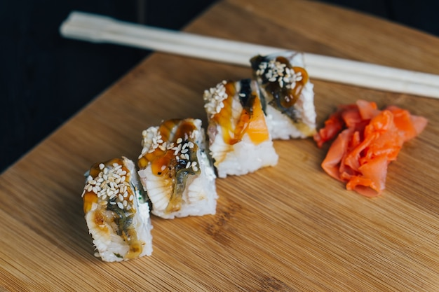Sushi rolt eetstokjes japans eten houten bord