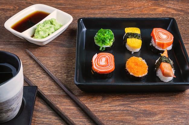 Sushi rolt op de tafel